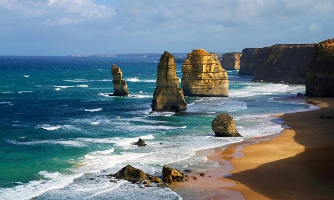 dramatic_beautiful_12_apostles_in_australia_shutterstock_115540252