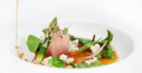 Tocino-con-verduras-de-temporada-y-caldo-de-pimientos-asados-2