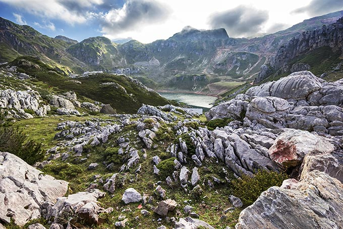 asturias-lago-de-la-cueva-in-the-natural-park-of-somiedo-in-the-mountains-of-asturias-spain