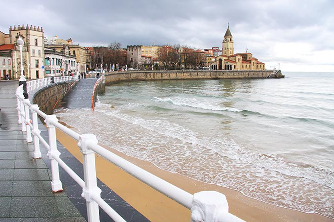 gijon-looking-along-san-lorenzo-beach-towards-the-peninsula-of-santa-catalina-asturias-spain