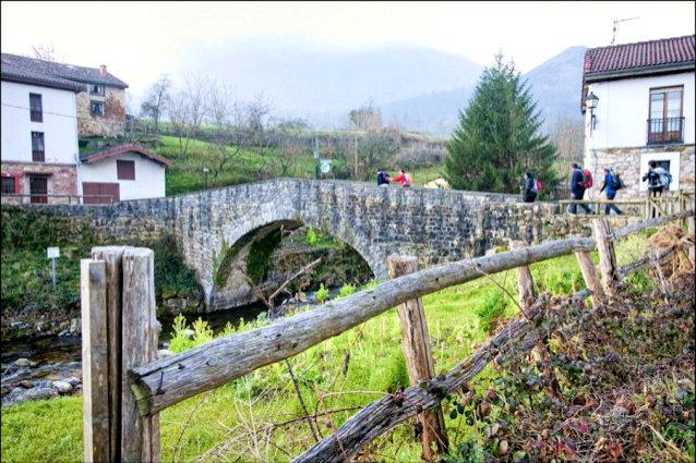 puente medieval sobre el alba soto de agues